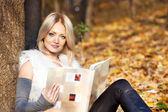 Dziewczyna z książką w jesień las — Zdjęcie stockowe