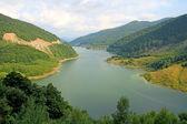 озеро между холмами — Стоковое фото