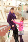 Mother and daughter walking on the bridge during the day — Foto Stock