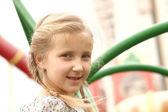 Portret van een meisje op een schommel tegen — Stockfoto