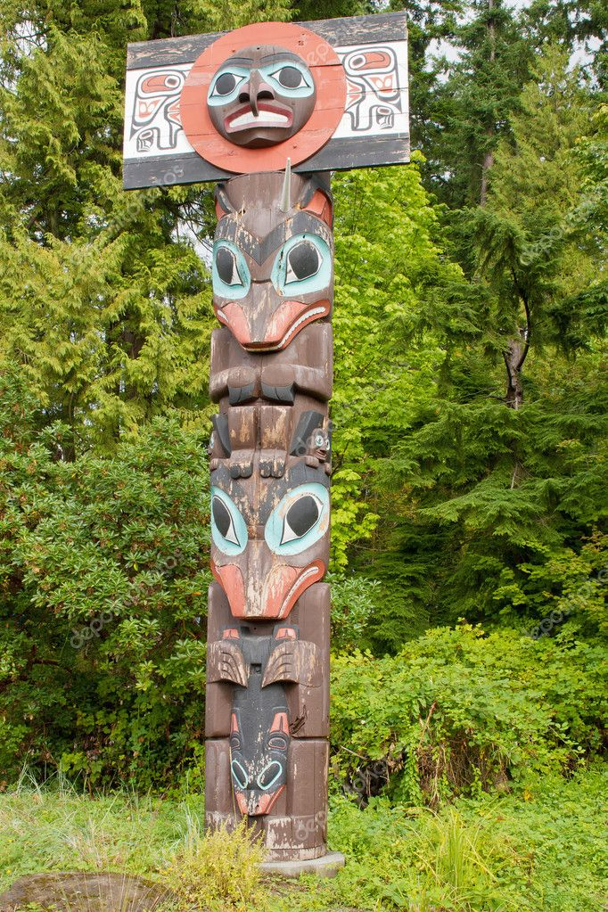 Chief Skedans Mortuary Totem Pole in Vancouver BC Canada — Стоковая фотография #6935203