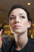 Young woman and make-up brush — Stockfoto