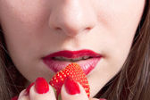 Dame met aardbei — Stockfoto