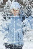 Chica detrás de la pared de hielo — Foto de Stock