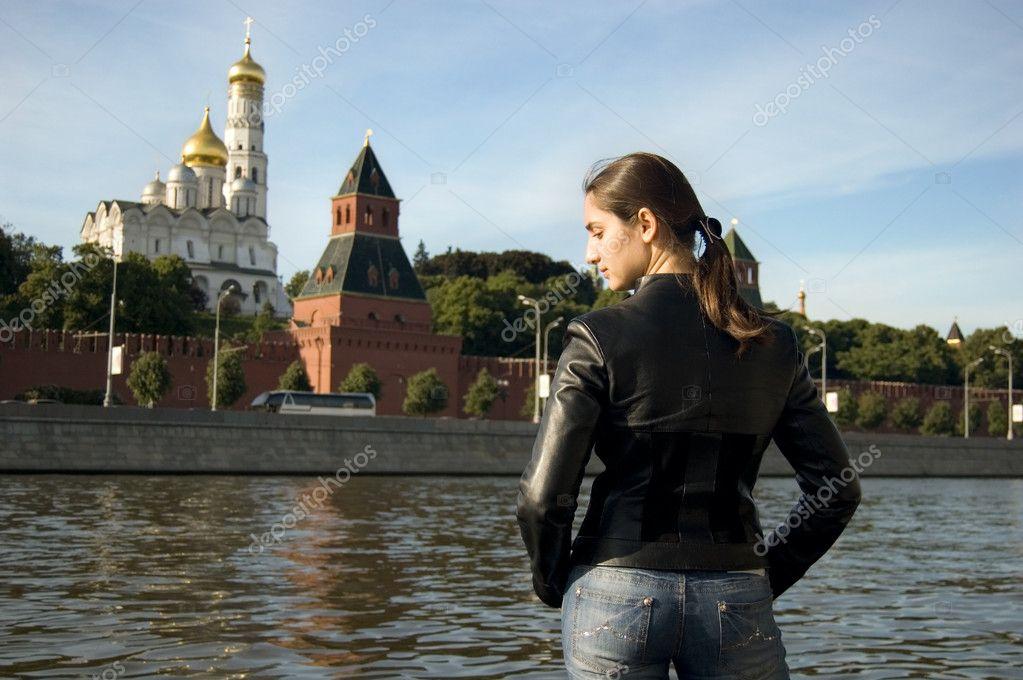 Девушки брюнетки около кремля фото