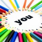 många färgade pennor ordnade i cirkel på ordet du — Stockfoto