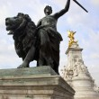 Statue and Queen Victoria Memorial — Stock Photo