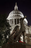 The Blitz Firefighters Memorial and St. Paul's Cathedral — Stock Photo