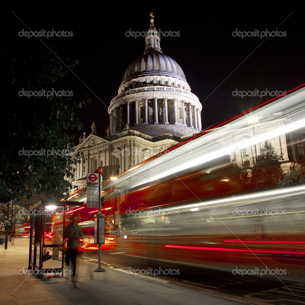 The light trails of a London bus passing St. Paul's Cathedral. — Stock Photo #6828162