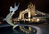 Dolphin Statue and Tower Bridge, at Night London. — Stock Photo