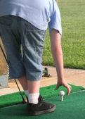 Golf ball op tee — Stockfoto