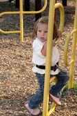 Klein meisje klimmen 3 — Stockfoto