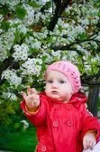 милая девочка весной — Стоковое фото