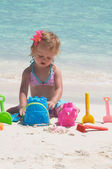 A baby girl is playing on the beach — Stock Photo