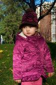 Une petite fille dans une tenue chaude — Photo
