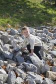 Kleiner junge klettern — Stockfoto