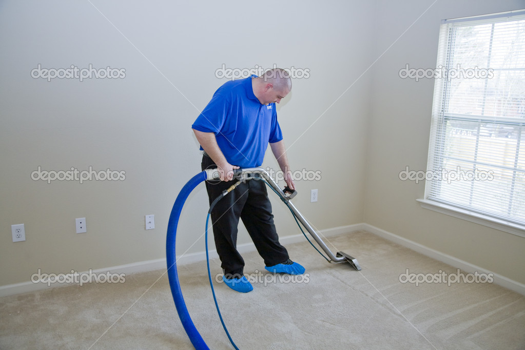 Man cleaning carpet with commercial cleaning equipment — Stock Photo #6907768