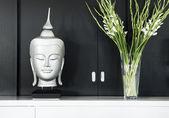 Zeitgenössische innenarchitektur detail buddhastatue mit blume — Stockfoto