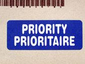 Prioritní na poštovním štítku na obálku dopisu — Stock fotografie