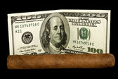 Sigaar en dollars — Stockfoto