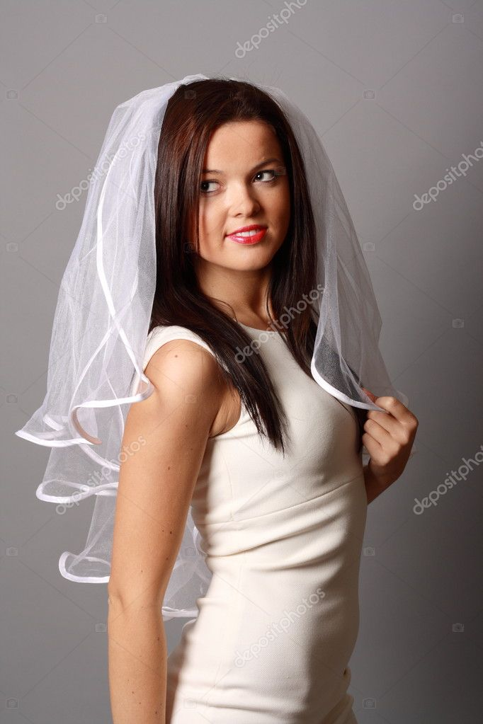 Beautiful bride in a white veil — Stock Photo #6756481