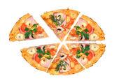 Chutná italská pizza přes bílý — Stock fotografie