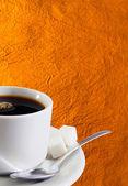 白い古い金の紙の背景の上のコーヒー 1 杯 — ストック写真