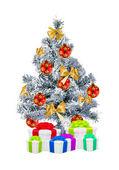 Vánoční strom a dárkové krabičky izolovaných na bílém pozadí — Stock fotografie