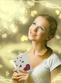 Atractiva chica feliz, lectura de tarjeta de san valentín — Foto de Stock