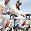 Couple out for a bike ride — Stockfoto