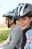 Young couple wearing cycle helmets — Stock Photo