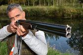Un cazador de apuntar a un blanco — Foto de Stock