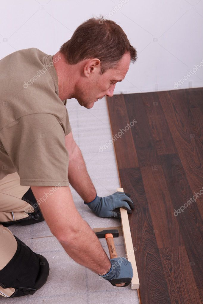 Carpenter installing parquet flooring — Stock fotografie #7132562