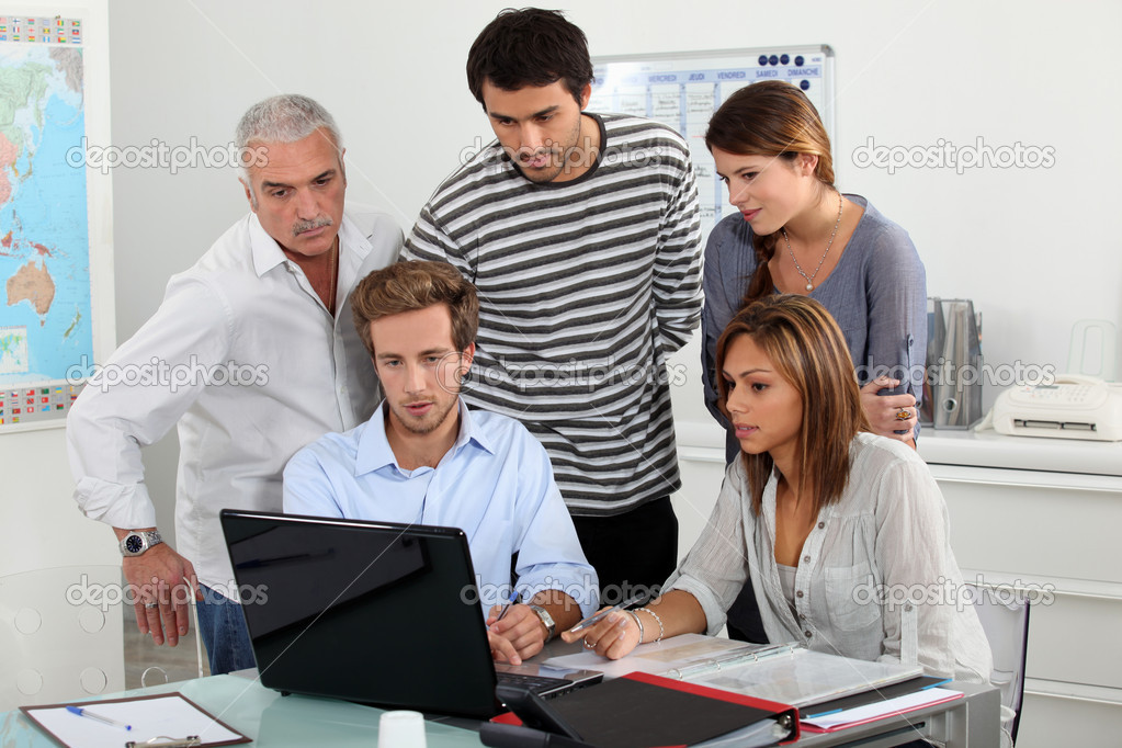 Trainees looking at a laptop — Stock Photo #7132899