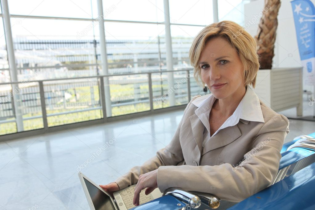 Businesswoman waiting at airport — Foto Stock #7132921