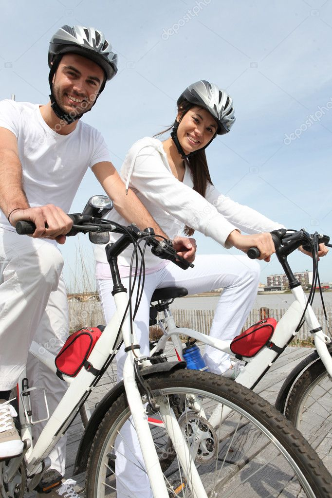 Couple out for a bike ride — Stock Photo #7133112