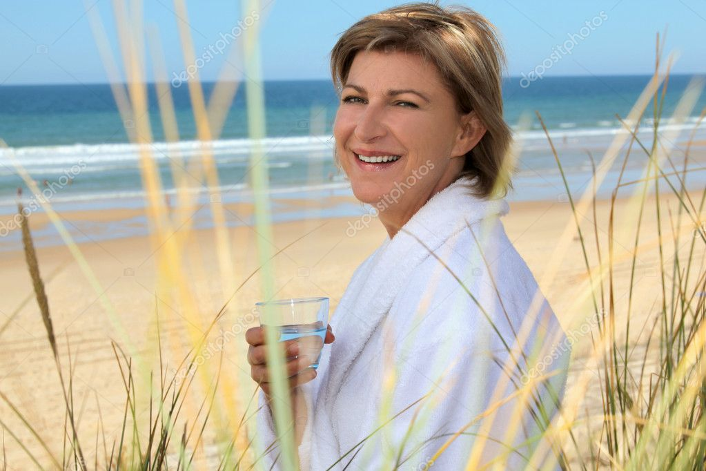 Woman relaxing by the sea — Stock Photo #7134292
