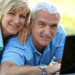Retrato de la sonriente pareja con aire libre portátil — Foto de Stock