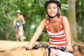 Iki arkadaş kırsal kesimde Bisiklete binme — Stok fotoğraf