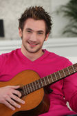 Joven tocando la guitarra — Foto de Stock