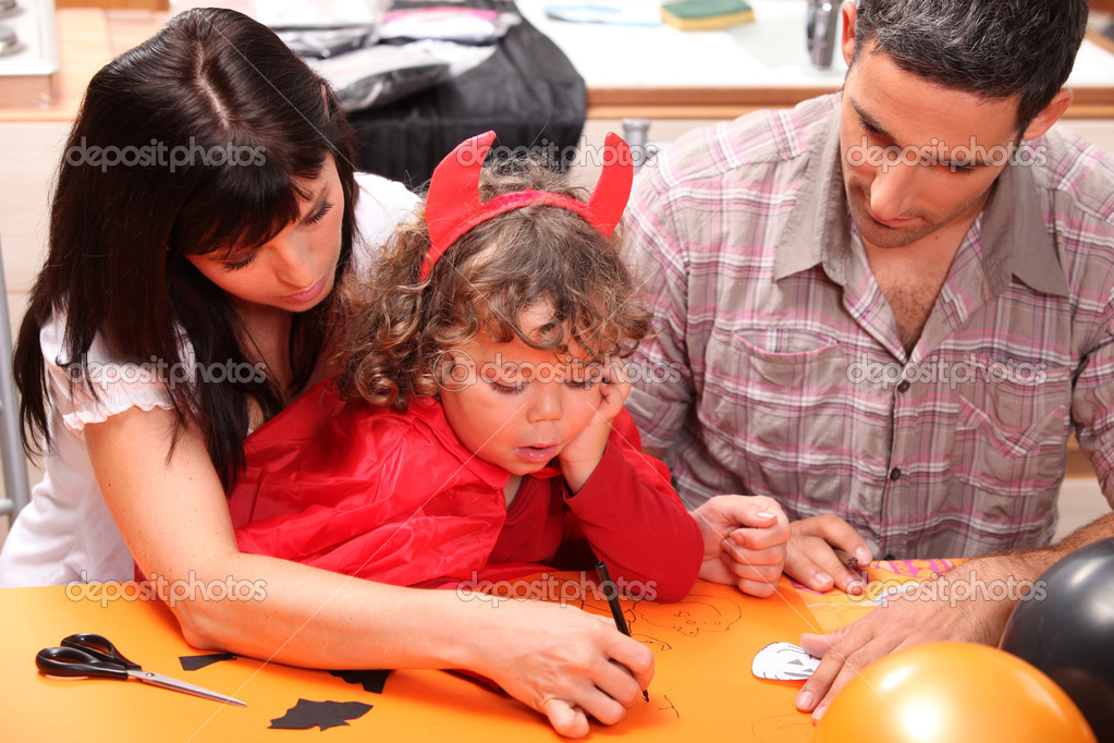 Family doing Hallowe'en activities — Stock Photo #7230559
