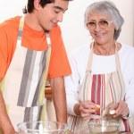 oma en kleinzoon koken samen — Stockfoto