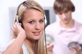 Tieners luisteren naar muziek op hoofdtelefoon — Stockfoto