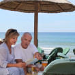 Couple on tropical holiday — Stock Photo