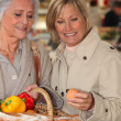 Mother and daughter shopping at the market together — Stockfoto