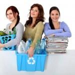 tre unga kvinnor återvinning — Stockfoto