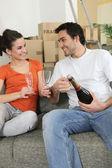 Paar champagne drinken thuis — Stockfoto