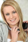 Joven escucha música en los auriculares — Foto de Stock