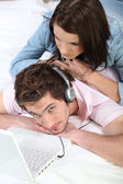 Couple listening to music — Fotografia Stock