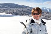 成熟女滑雪者在一座山 — 图库照片